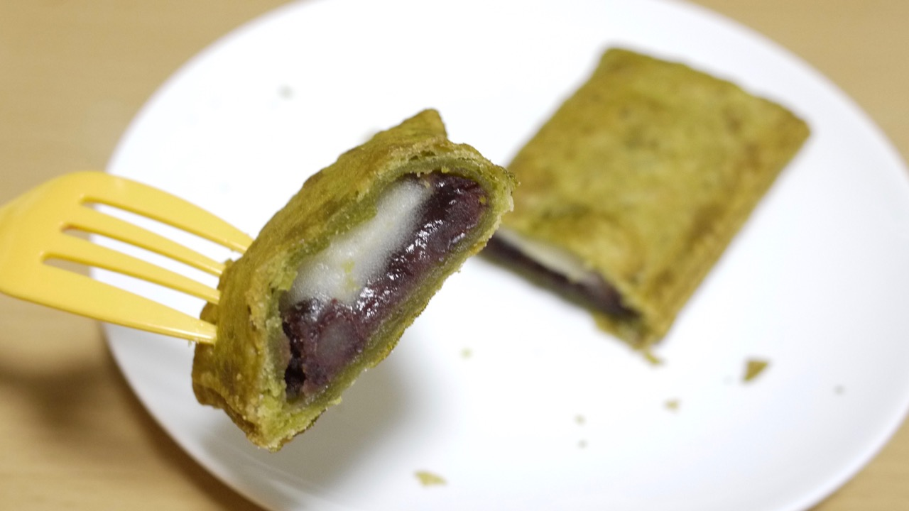 "Photo of I tried ""Famima's matcha pie""! Anko and mochi pie are gods! This is addictive !! 